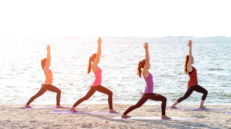 actividades en grupo yoga en la playa