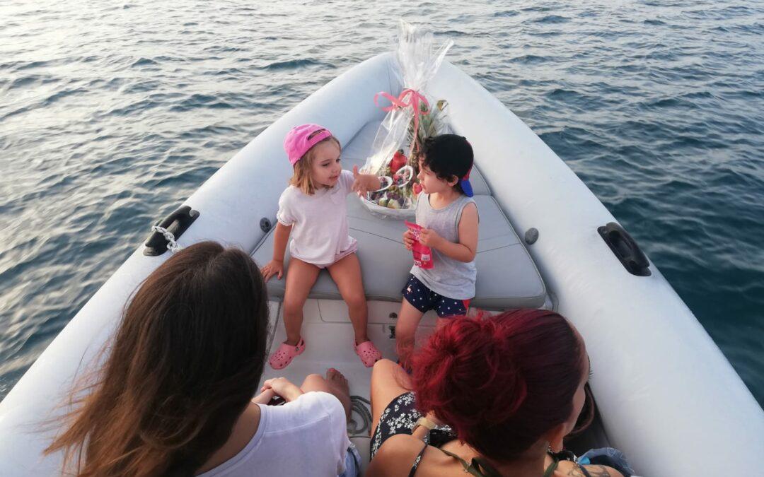 ¿Cómo pasar un día diferente con paseos en barco en Oliva?